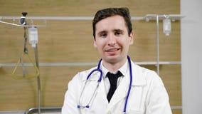 Aantrekkelijk jong artsenportret in een het ziekenhuisruimte stock footage