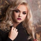 Aantrekkelijk jong blonde in zwarte col Mooie vrouw met modieuze samenstelling royalty-vrije stock foto's