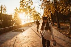 Aantrekkelijk, jong brunette met lang haar het lopen de herfstpark stock fotografie