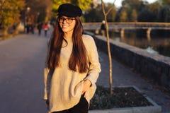 Aantrekkelijk, jong brunette met lang haar het lopen de herfstpark royalty-vrije stock afbeelding