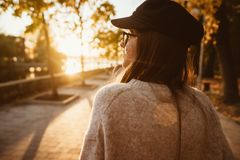 Aantrekkelijk, jong brunette met lang haar het lopen de herfstpark stock foto