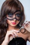 Aantrekkelijk jong donkerbruin meisje met zilveren mouthpi Stock Foto's