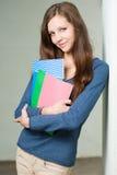 Aantrekkelijk jong donkerbruin studentenmeisje. Royalty-vrije Stock Afbeeldingen