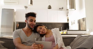 Aantrekkelijk Jong Gemengd Raspaar die Tabletcomputer, Gelukkige Spaanse Man Aziatische Vrouw met behulp van die samen op Bus zit stock footage