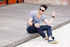 Aantrekkelijk jong mannelijk model dat in openlucht stelt Stock Fotografie