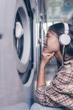 Aantrekkelijk jong meisje met hoofdtelefoons royalty-vrije stock foto's