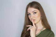 Aantrekkelijk jong meisje wat betreft haar lippen Foto van blondemeisje met perfecte huid op grijze achtergrond De zorgconcept va royalty-vrije stock foto's