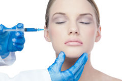 Aantrekkelijk jong model die botox injectie op de wang hebben stock afbeeldingen