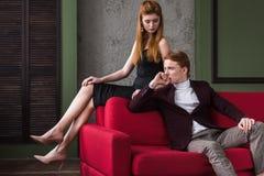 Aantrekkelijk jong modieus paar van modellen in formele slijtage royalty-vrije stock fotografie