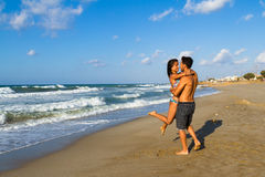 Aantrekkelijk jong paar in bikini en borrels bij Stock Foto's