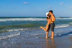 Aantrekkelijk jong paar in bikini en borrels bij Royalty-vrije Stock Afbeelding