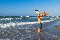 Aantrekkelijk jong paar in bikini en borrels bij Stock Foto