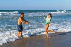 Aantrekkelijk jong paar in bikini en borrels bij Royalty-vrije Stock Foto