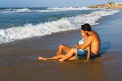Aantrekkelijk jong paar in bikini en borrels bij Stock Afbeelding