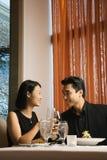 Aantrekkelijk Jong Paar dat bij elkaar glimlacht royalty-vrije stock foto's