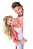 Aantrekkelijk jong paar die bij camera glimlachen Stock Foto's