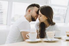 Aantrekkelijk jong paar op een datum in een koffie stock foto's