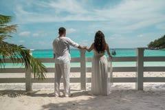 Aantrekkelijk jong paar op het tropische eiland Stock Foto