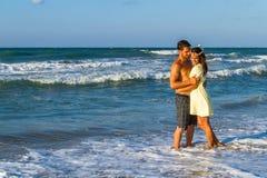 Aantrekkelijk jong paar in strandkleding bij het strand Stock Foto's