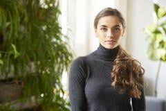 Aantrekkelijk jong vrouwen binnenportret royalty-vrije stock afbeelding