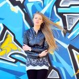 Aantrekkelijk jong vrouwen in openlucht portret Zachte zonnige kleuren Royalty-vrije Stock Afbeeldingen