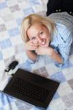 Aantrekkelijk jong wijfje dat laptop met behulp van Royalty-vrije Stock Afbeeldingen