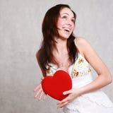 Aantrekkelijk Kaukasisch die het glimlachen vrouwenbrunette op witte st wordt geïsoleerd Royalty-vrije Stock Foto