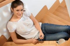 Aantrekkelijk meisje dat bij trap glimlacht Stock Foto's