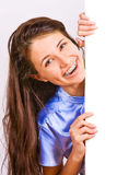 Aantrekkelijk meisje dat met steunen lege raad voorstelt royalty-vrije stock afbeeldingen