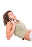 Aantrekkelijk meisje dat op mobiel spreekt Stock Foto's