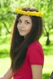 Aantrekkelijk meisje in de tuin. stock afbeeldingen