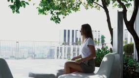 Aantrekkelijk meisje die aan laptop in openlucht werken stock video