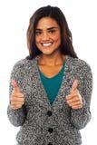 Aantrekkelijk meisje die dubbele duimen tonen Royalty-vrije Stock Afbeeldingen