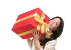 Aantrekkelijk meisje die een grote rode doos houden van gift Stock Afbeelding