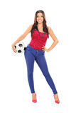 Aantrekkelijk meisje die een voetbal houden Royalty-vrije Stock Afbeeldingen