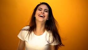 Aantrekkelijk meisje die en oprecht aan camera dansen glimlachen, die van ogenblik genieten royalty-vrije stock fotografie