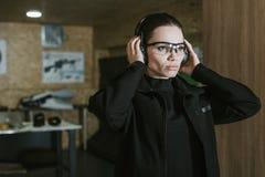 aantrekkelijk meisje die gehoorbeschermers dragen royalty-vrije stock fotografie