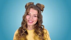 Aantrekkelijk meisje die met mooi kapsel onderzoekend de camera glimlachen Close-up stock video