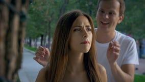 Aantrekkelijk meisje die op haar vriend op een datum wachten stock footage