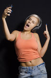 Aantrekkelijk meisje die selfie terwijl het luisteren aan muziek nemen Royalty-vrije Stock Afbeelding