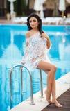 Aantrekkelijk meisje in een sexy bikini dichtbij pool Stock Foto's