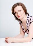 Aantrekkelijk meisje in een stipkleding Royalty-vrije Stock Foto