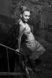 Aantrekkelijk meisje in kleding het stellen in de krottenwijken Royalty-vrije Stock Afbeeldingen