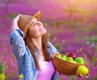 Aantrekkelijk meisje met appelenmand royalty-vrije stock afbeeldingen