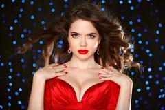 Aantrekkelijk meisje met make-up Rode Lippen Juwelenoorring manicure Stock Foto's