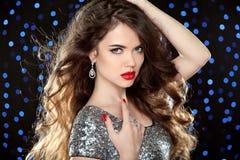 Aantrekkelijk meisje met rode lippen Glamourportret van mooie wom Stock Afbeeldingen