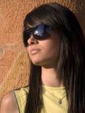 Aantrekkelijk meisje met zonnebril stock afbeeldingen