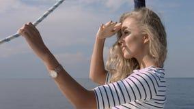 Aantrekkelijk meisje op een jacht bij de zomerdag Royalty-vrije Stock Afbeelding