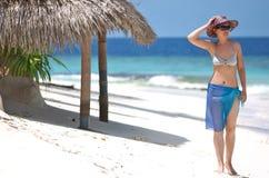 Aantrekkelijk meisje op het strand stock afbeeldingen