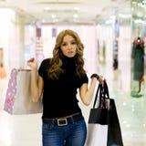 Aantrekkelijk meisje in winkelcomplex royalty-vrije stock foto